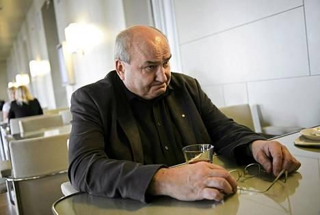 Kansanedustaja Jyrki Yrttiaho eduskunnan kahviossa kesäkuussa.