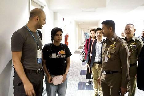 Saudiarabialainen Rahaf Muhammed al-Qunun tapasi thaimaalaisia maahantulovirkailijoita Bangkokin Suvarnabhumin lentoasemalla maanantaina.