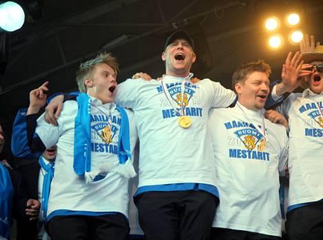 Vuonna 2011 Leijonat juhlivat maailmanmestaruutta Kauppatorilla. Vasemmalta Mikael Granlund, Mikko Koivu ja valmentaja Jukka Jalonen.