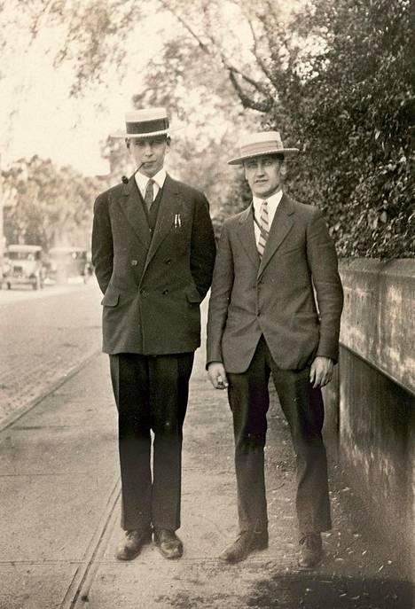 Heikki Herlin (vas.) ja Onni Marjola kävelyllä Wilkinsburgissa Yhdysvalloissa kesäkuussa 1927. Marjola oli Herlinin kollega Westinghousen tehtaalla.