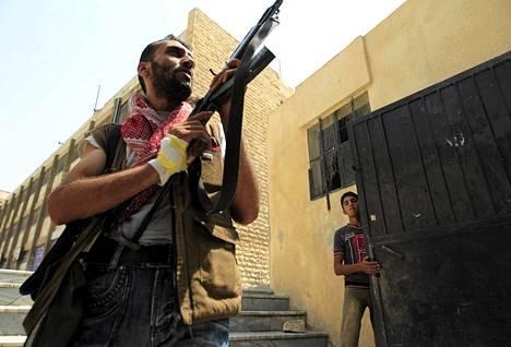 Syyrian vapaan armeijan kapinallistaitselija partioi Aleppossa sunnuntaina.