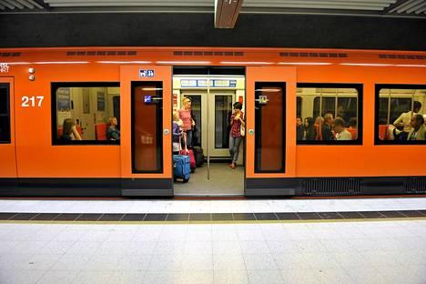 Metroasemat ovat liikennekatkon aikana kiinni. Rautatientorin ja Kaisaniemen lipunmyyntitasot ja liiketilat pysyvät kuitenkin avoinna.