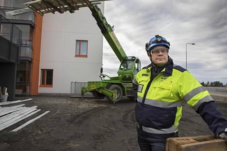 """""""Kissa on nostettava pöydälle välittömästi"""", kommentoi häirintätapauksia YIT:n pääluottamusmies Jari Jääskeläinen rakennustyömaalla Jyväskylän Palokassa."""