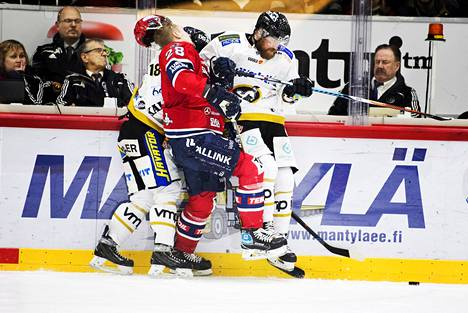 Viime kaudella Kärppien Jari Sailio (oik.) selvisi ilman jäähyä tästä taklauksestaan, joka kohdistui HIFK:n Jasse Ikosen (kesk.) päähän. Tämän kauden alussa Sailio sai kolmen ottelun pelirangaistuksen päähän kohdistuneesta taklauksesta.
