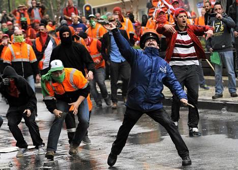 Työttömyyden vastainen mielenosoitus äityi väkivaltaiseksi Brysselissä perjantaina.