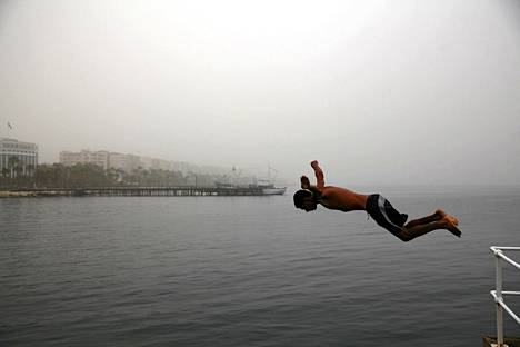 Mies hyppäsi hikkamyrskyn tieltä mereen Limassolissa, Kyproksella. Myrsky runteli isoa osaa Lähi-Idän maista tiistaina. Huonon näkyvyyden lentokoneita jouduttiin ohjaamaan varakentille.