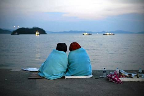 Etelä-Korean laivaturman uhrien omaiset kokoontuivat Jindon satamaan huhtikuun 20. päivä.