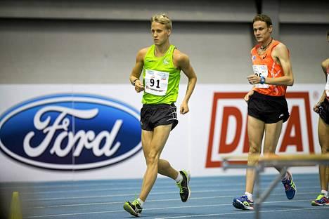 Veli-Matti Partanen (vas.) ja Jarkko Kinnunen vauhdissa 5 000 kävelyssä yleisurheilun SM-hallikisoissa Tampereella. Partanen otti kisan voiton 38 sekuntia ennen Kinnusta.
