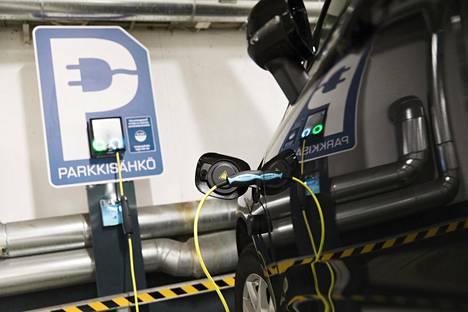 Suomi pyrkii nopeuttamaan autokannan sähköistymistä. Tavoitteena on, että Suomessa olisi vuonna 2030 kaikkiaan 25000 julkista sähköistä latauspistettä.