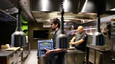 Henri Alén Ultima-ravintolan keittiössä. Taustalla keittiöpäällikkö Henrik Packalén.