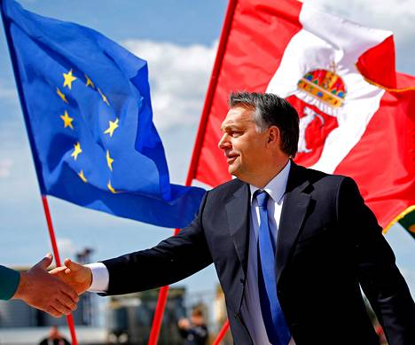 Pääministeri Viktor Orbán osallistui huhtikuun puolivälissä tehtaan peruskiven valamiseen Kecskemétissä Unkarissa. Hän on joutunut EU:n silmätikuksi perustuslakimuutosten vuoksi.