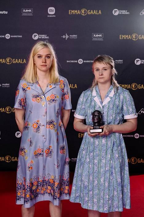 Maustetytöt eli Kaisa (vas.) ja Anna Karjalainen palkittiin Emma-gaalassa Helsingissä 14. toukokuuta 2021.