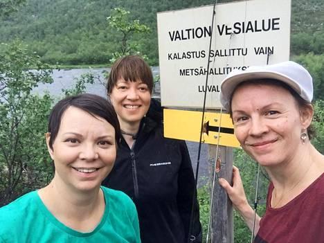 Kati Eriksen (vas.), Anne Nuorgam ja Heidi Eriksen ilmiantoivat itsensä kalastamisesta Vetsijoessa.