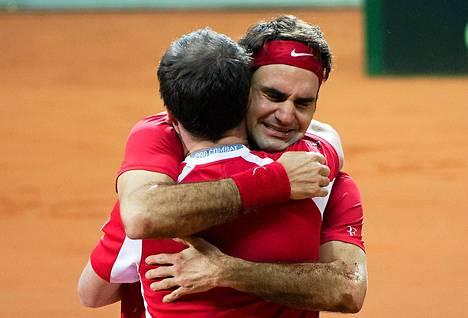 Roger Federer liikuttui voiton jälkeen halatessaan joukkueen kapteenia Severin Luthia.