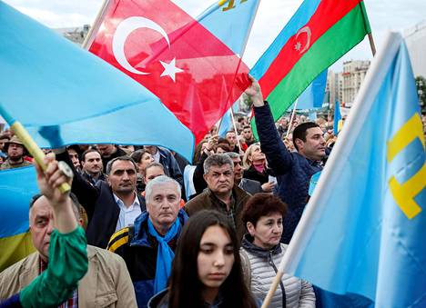 Ukrainassa asuvat tataarit marssivat tataarien Krimiltä karkotuksen (1944) vuosipäivänä Kiovassa 2016.