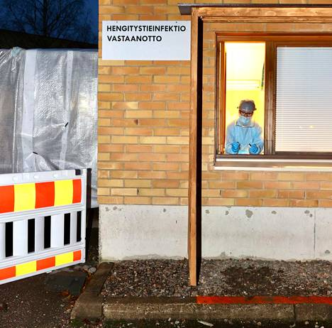 Sairaanhoitaja Pirkko Koikkalainen työskenteli marraskuussa Varkauden terveyskeskuksessa hengitystieinfektioihin keskittyvässä vastaanotossa, jonka kaupunki perusti koronaviruksen varalta.