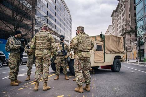 Kansalliskaartin sotilaita Washingtonin kaduilla sunnuntaina.