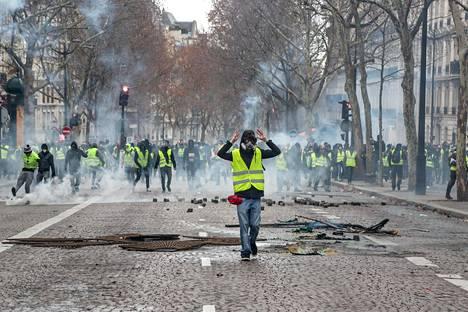 Huomioliiveihin pukeutuneet mielenosoittajat ottivat viikonlopun aikana rajusti yhteen mellakkapoliisin kanssa Pariisissa.
