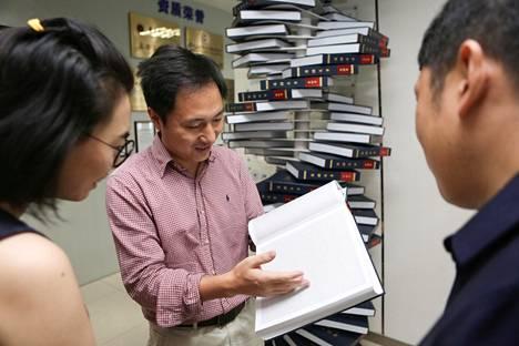 Kaksi vuotta sitten He Jiankui esitteli kirjaa ihmisgenomista. Nyt hän on ilmoittanut editoineensa peruuttamattomasti kahden ihmislapsen genomia.