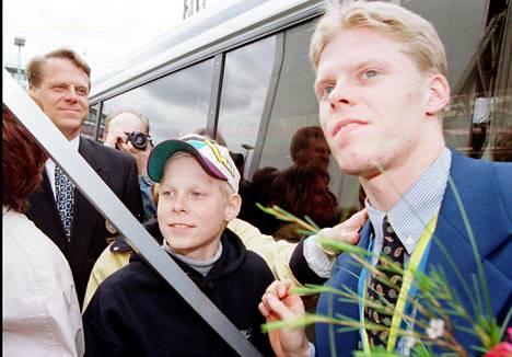 Toukokuussa 1995 12-vuotias Mikko pääsi Turun torille juhlimaan isoveli Sakun maailmanmestaruutta. Vasemmalla veljesten isä Jukka Koivu.