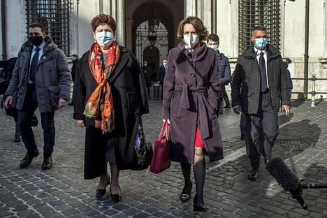 Italia Viva -ryhmän ministerit Teresa Bellanova ja Elena Bonetti poistumassa tapaamisesta pääministeri Giuseppe Conten kanssa 22. joulukuuta.