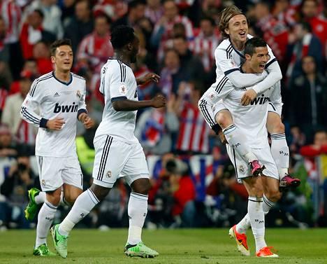 Real Madridin Cristiano Ronaldo (oik.) juhli tekemäänsä maalia joukkuetovereidensa kanssa ottelussa Atletico Madridia vastaan Madridissa viime toukokuussa.
