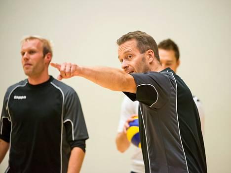 Petri Sainio ohjasi Toni Kankaanpäätä ja muita Korson pelaajia harjoituksissa keskiviikkona.
