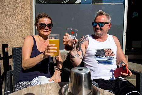 Kirsi Mäkinen ja Anders Lindholm istuivat kello 16.13 oman perinteensä mukaisesti Brewsterin aurinkoisella terassilla Kalliossa.