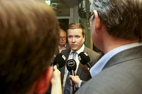 Perussuomalaisten eduskuntaryhmä hajosi alkukesästä 2017, kun puolueen puheenjohtajaksi oli valittu Jussi Halla-aho. Tavio jäi perussuomalaisiin ja nousi ryhmän varapuheenjohtajaksi.