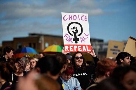 Mielenosoittajat marssivat aborttioikeuden puolesta syyskuussa Dublinissa.