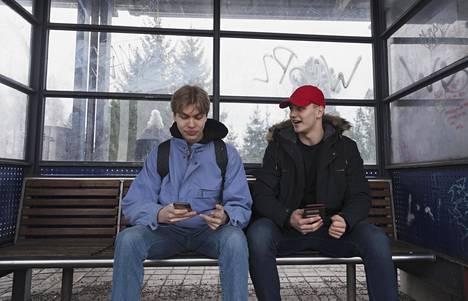 """Aleksi Korvenranta (vas.) ja Rasmus Eklund odottivat maanantaina lähijunaa Puistolan asemalla. """"Välillä tuntuu siltä, että kun Puistolan ohittaa junalla, viestit lähtee vähän hitaammin eteenpäin ja puhelut pätkii"""", sanoo Korvenranta. Heidän kaveripiirissään vitsaillaan netin kangertelusta juna-asemien kohdalla. """"Myös Pukinmäessä ja Oulunkylässä muistaakseni pätkii""""."""