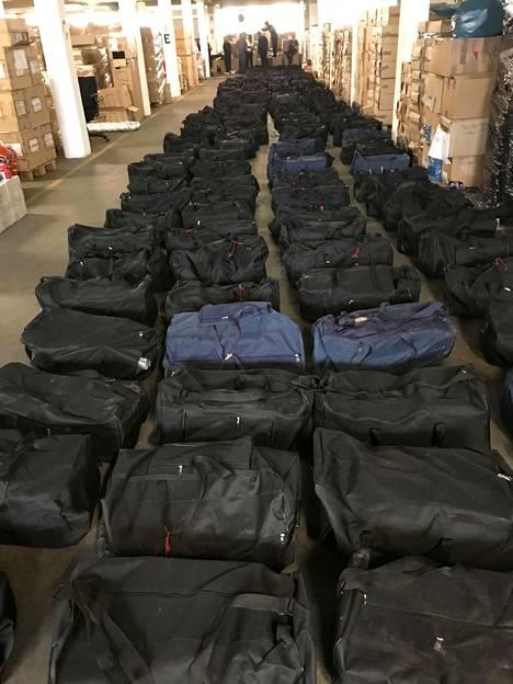 Hampurin tulli takavarikoi kaksi viikkoa sitten Hampurin satamassa 4,5 tonnia painaneen kokaiinierän. Huumeet oli pakattu 211 urheilukassiin.