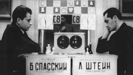 Boris Spasski, 31, otti Malmössä tärkeän askelen kohti shakin maailmanmestaruutta kukistamalla Bent Larsenin vakuuttavasti pistein 5½–2½. Kuvassa Spasski (vas.) pelaa Leonid Steinia vastaan.
