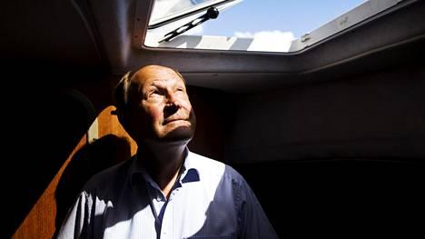 """""""En koskaan pelännyt merta, mutta olen aina tuntenut tervettä kunnioitusta sen voimaa kohtaan"""", Juhani Kaskeala toteaa veneessään Humallahden venekerholla."""