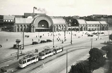 """Viipurin rautatieaseman aukio (Viipuri 1930–1937). """"Vuonna 1913 valmistunut Viipurin rautatieasema oli yksi suuren ja kansainvälisen kaupungin nähtävyyksistä, mutta samalla se oli modernin, nopean ja vapaan liikkumisen symboli. Pietisen valokuvaajasuvulla oli vahvat siteet Viipuriin."""""""