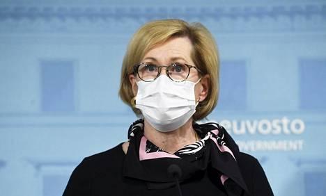 Työministeri Tuula Haataisen (sd) mukaan marjanpoimijoiden olot vaativat parantamista.