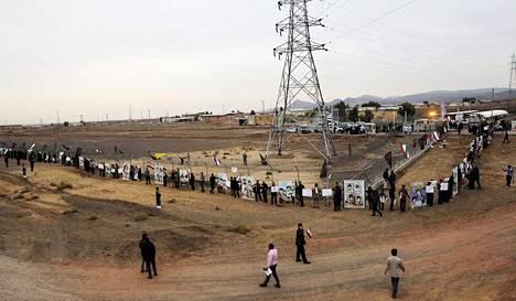 Opiskelijoita Fordow:n ydinlaitoksen ulkopuolella vuonna 2013. Iran tiedotti virallisesti alkavansa rikastuttaa urania keskiviikkona keskiyöllä.