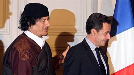 Ranskan presidentti Nicola Sarkozy (oik.) ja Libyan johtaja Muammar Gaddafi allekirjoitettuaan maiden välisen kauppasopimuksen Pariisissa 2007.