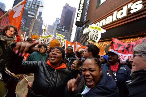 Työntekijät osoittivat mieltään alhaisia palkkoja vastaan McDonald's-ravintolan edustalla New Yorkissa joulukuun alussa.