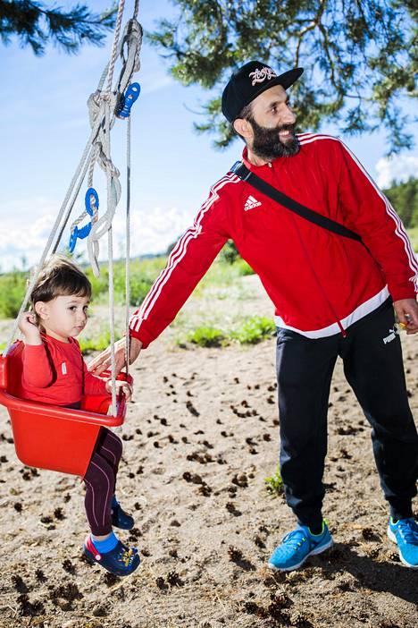 """Hamid Moustafa antoi vauhtia pojalleen Muhammadille Kallahdenniemen uimarannalla. """"Käymme täällä kahdesta kolmeen kertaan viikossa. Grillataan ja lapset leikkivät"""" Moustafa kertoo."""