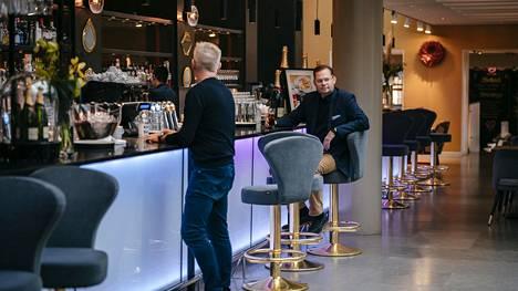 Ravintolakonserni Noho Partnersin toimitusjohtaja Aku Vikström arvostelee aikeita rajoittaa kaikkien ravintoloiden toimintaa. Kuvassa Vikström ravintola Teatterissa syyskuussa.