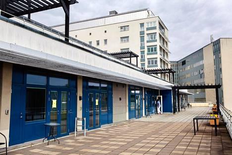 Danderydin sairaalassa koronapotilaita hoidetaan kokonaan omalla osastollaan. Potilaiden huoneista poistutaan ulkokautta ja vaatteet vaihtaen, jotta tartunta ei leviäisi sairaalassa.
