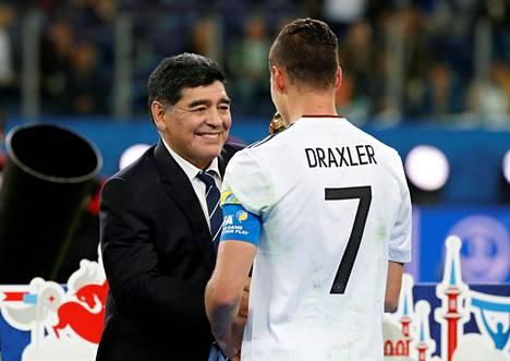 Diego Maradona luovutti Confederations Cupin voittopokaalin Saksan kapteenille Julian Draxlerille sunnuntaina Pietarissa.