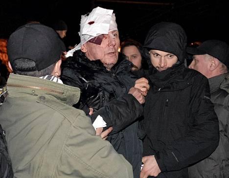 Juri Lutsenko sai apua loukkaannuttuaan mielenosoituksessa Kiovassa perjantaina.
