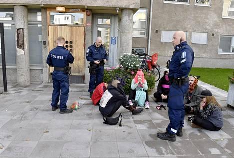 Pinkkimusta Helsingin aktivistit järjestivät syyskuussa mielenilmauksen Meilahden sairaala-alueella osoittaakseen mieltään muunsukupuolisten hoitojen jatkumisen osalta.