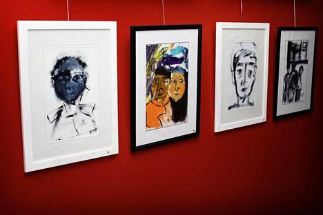 Diakoniaopistolla Alppilassa avautui perjantaina Barbara Savolaisen taidenäyttely Talk II, jonka taiteilija toivoo herättävän keskustelua paperittomista.