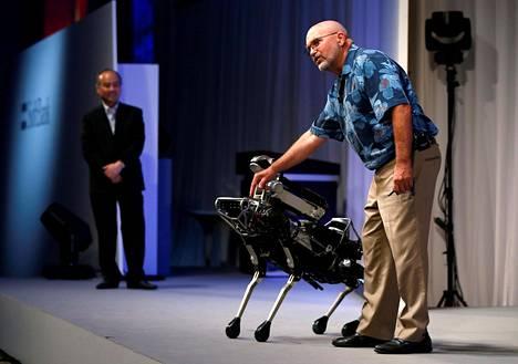 Boston Dynamicsin perustaja Marc Raibert (oik.) esitteli Spot Mini -koirarobottia japanilaisen tietoliikenneyhtiö SoftBankin konferenssissa Tokiossa heinäkuussa 2017.