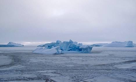 Jäävuori kellui meressä läntisessä Grönlannissa. Kuva vuodelta 2010.
