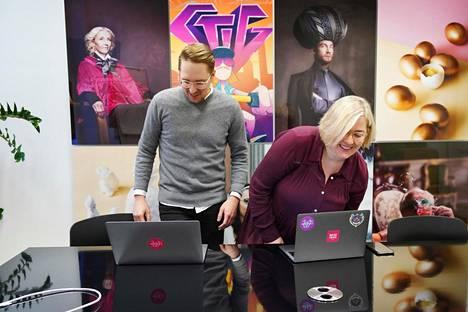 Wörks-yhtiön Saku Pönkänen ja Mia Hindsberg tekevät ainakin kahden seuraavan kuukauden ajan neljän päivän työviikkoa.