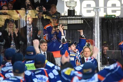 Tapparan-kapteeni Jukka Peltola nostaa Kanada-maljan ilmaan.